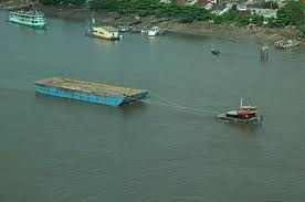 На Волжском стрежне, буксировка барж по реке